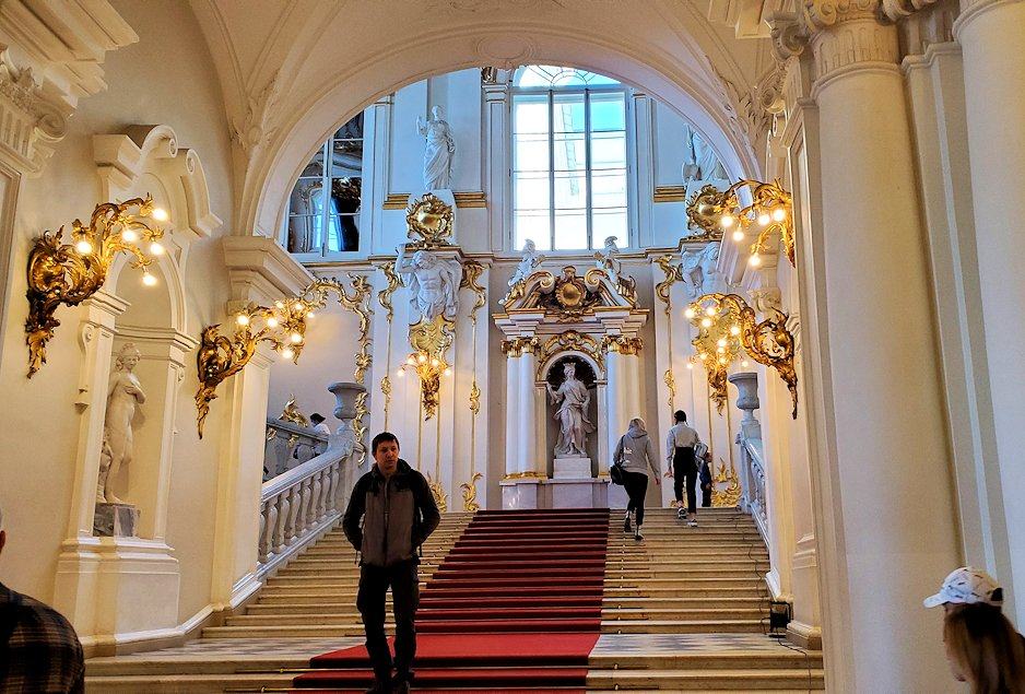 エルミタージュ美術館1階の階段前の様子-1