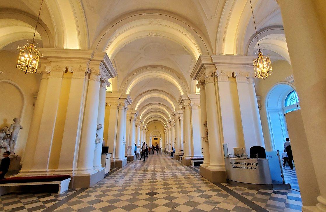 エルミタージュ美術館1階の階段前の様子-3