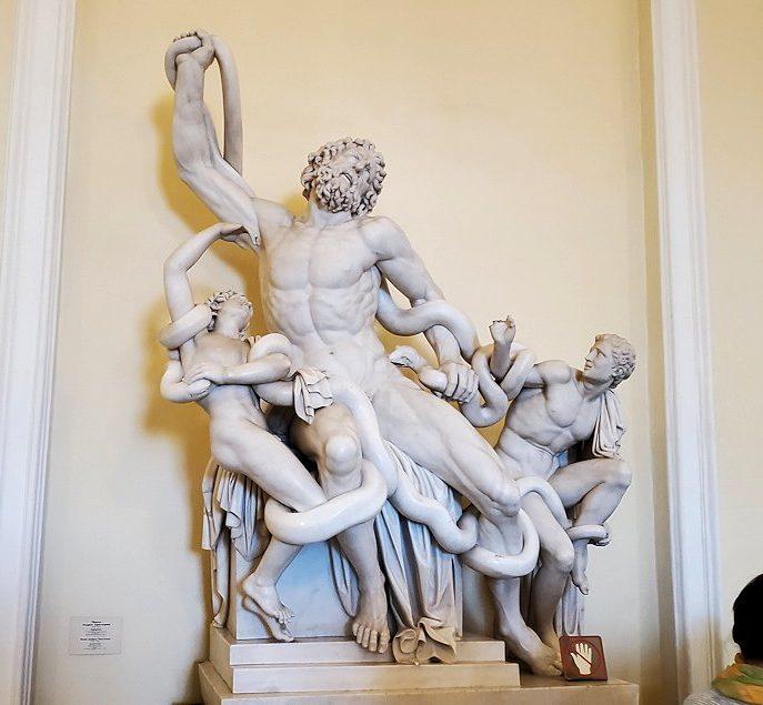 エルミタージュ美術館1階の階段前に置かれていた、『ラオコーン像』のレプリカ