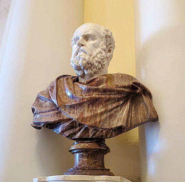 エルミタージュ美術館1階の階段前に置かれていた、ハドリアヌス帝の像