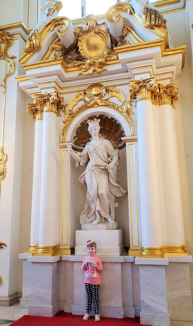エルミタージュ美術館の1階廊下から上に昇る「大使の階段」で記念撮影する人