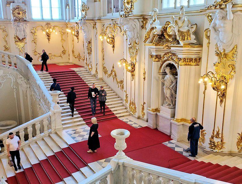 エルミタージュ美術館の1階廊下から上に昇る「大使の階段」-2