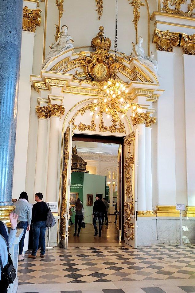 エルミタージュ美術館の「大使の階段」を登った2階の入口