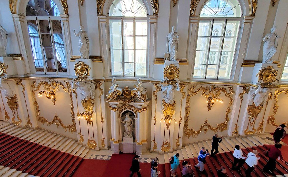 エルミタージュ美術館の「大使の階段」を見下ろす