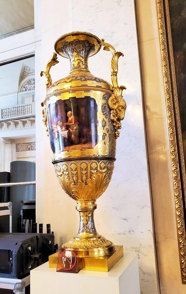 エルミタージュ美術館2階の「元帥の間」に飾られている壺
