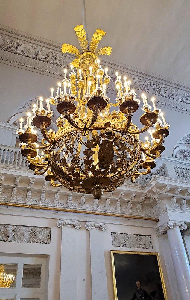 エルミタージュ美術館2階の「元帥の間」に飾られているシャンデリア