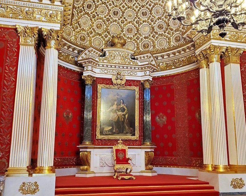 エルミタージュ美術館2階の「ピョートル大帝の間」に入る