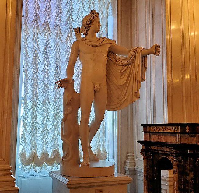 エルミタージュ美術館の「会議の階段」に置かれていた像