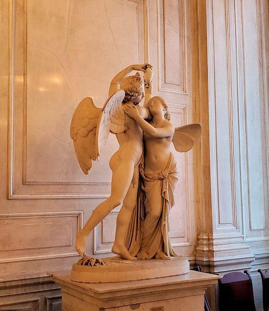 エルミタージュ美術館の「会議の階段」に置かれていた像-1