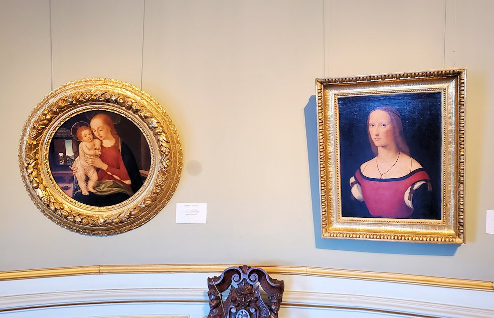 右:『女性の肖像』 by ロレンツォ・コスタの絵