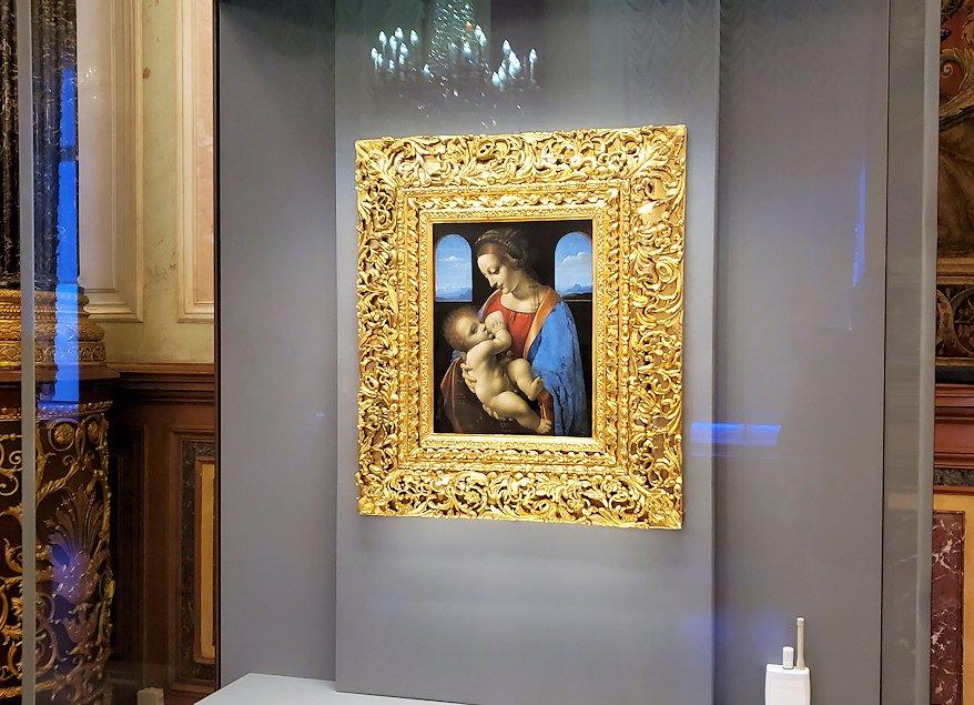 エルミタージュ美術館の「レオナルド・ダ・ヴィンチの間」に飾られている『聖母と幼子(リッタの聖母)』