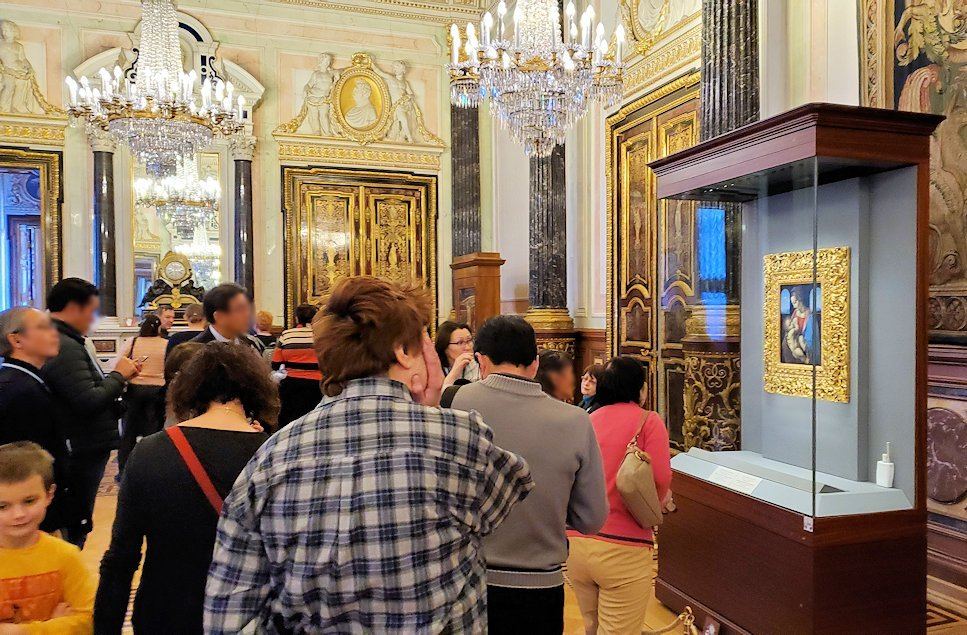 「レオナルド・ダ・ヴィンチの間」に飾られている『聖母と幼子(リッタの聖母)』を眺める人達