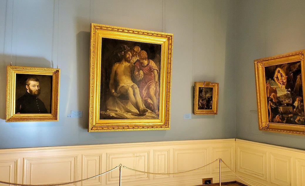 中央:『ピエタ by パオロ・ヴェロネーゼ 左:『自画像』 by パオロ・ヴェロネーゼの絵画