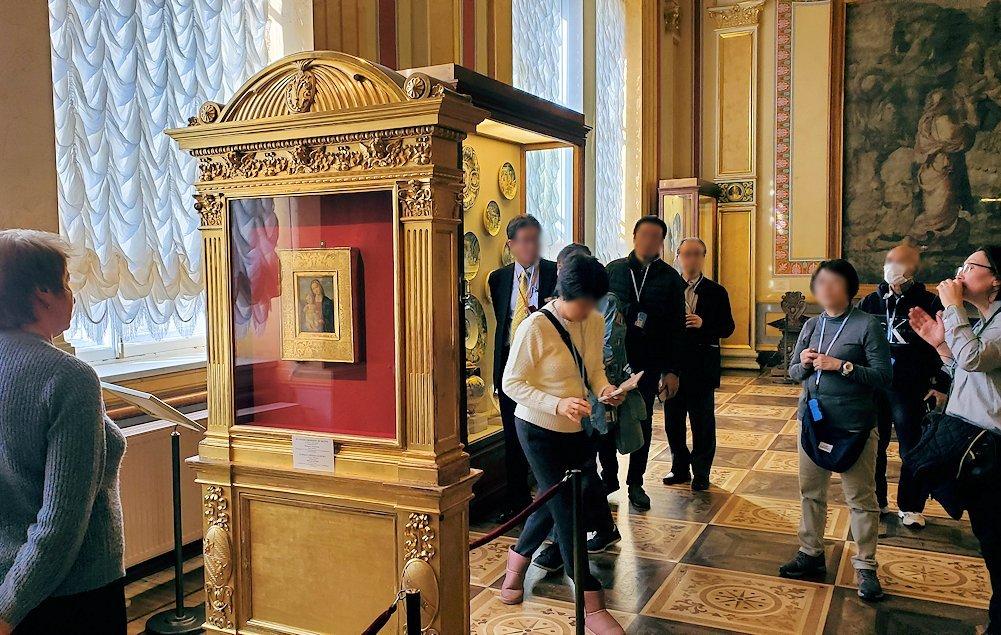 ラファエロの絵画を写真に撮る為に並ぶ人達