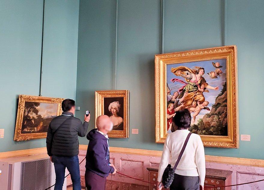 エルミタージュ美術館内に飾られている絵画を見る人達