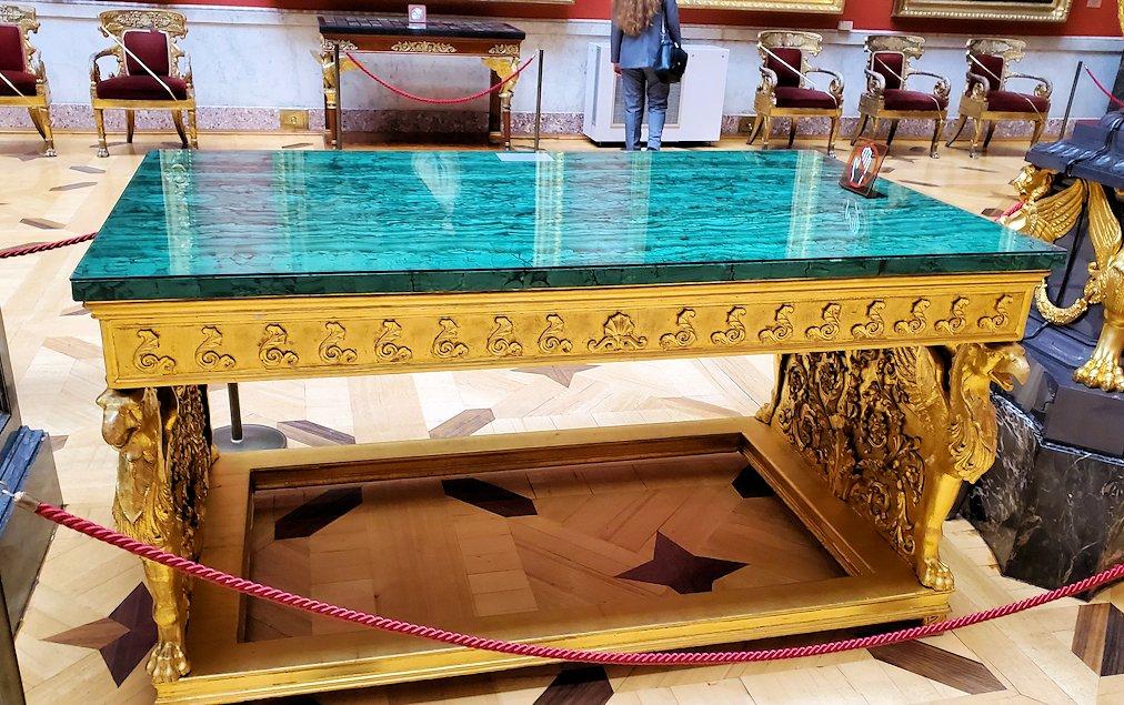 エルミタージュ美術館に置かれていた、孔雀石のテーブル