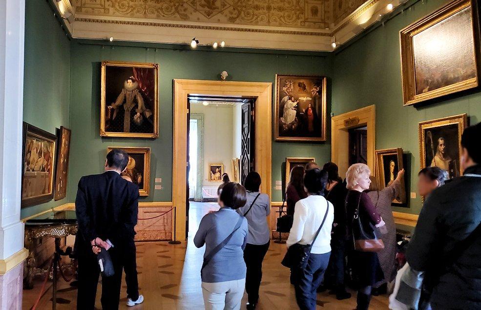 エルミタージュ美術館の「スペインの間」を進む