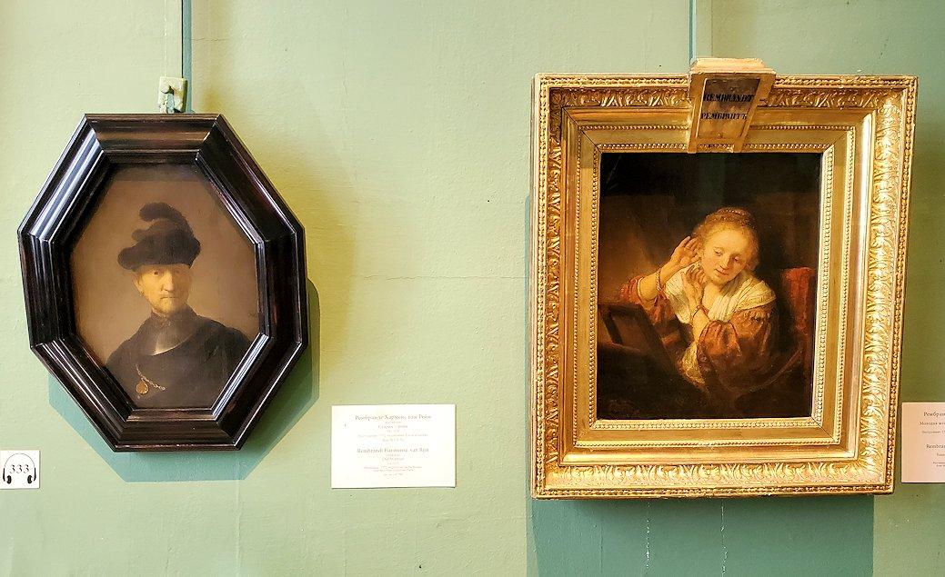 右:『耳飾りを試す若い女性』(Young Woman with Earrings) by レンブラント・ファン・レイン(Rembrandt van Rijn)