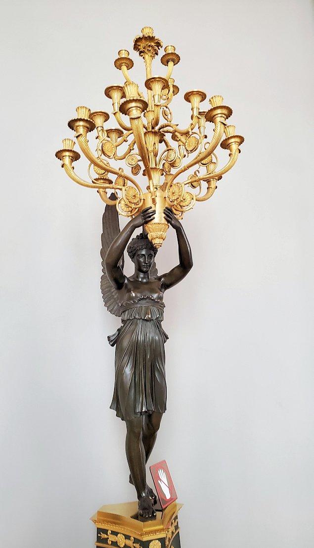 エルミタージュ美術館に飾られている、ロウソクを持つ女神像