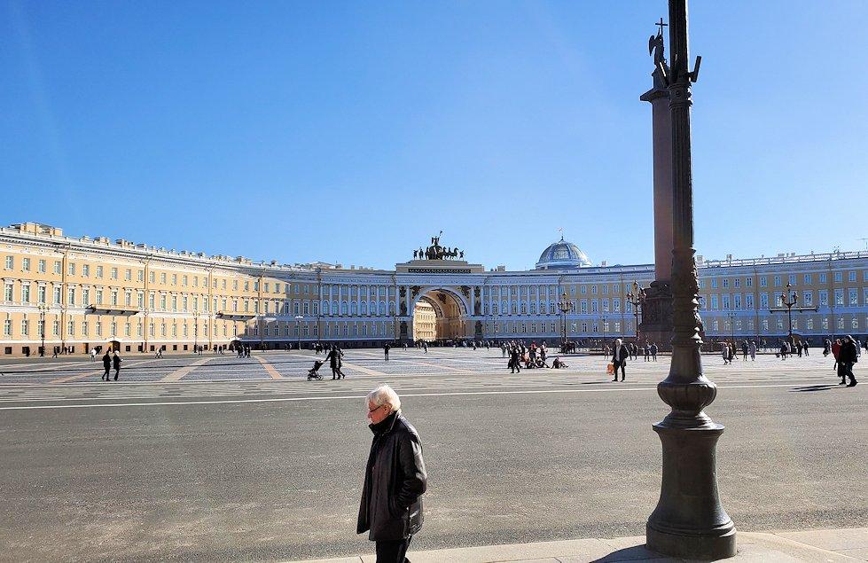 エルミタージュ美術館前の宮殿広場