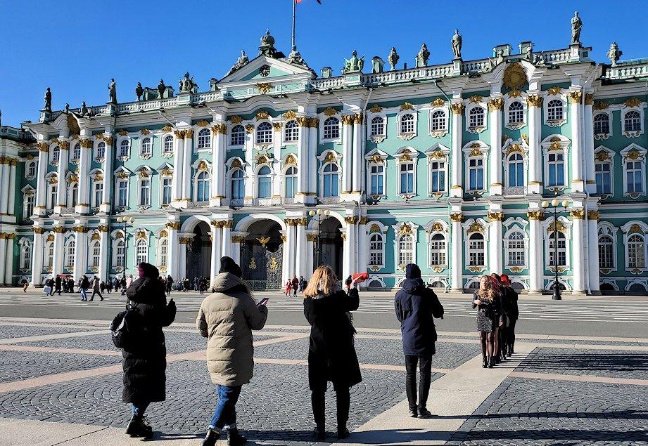 エルミタージュ美術館前の宮殿広場で踊る女性グループ