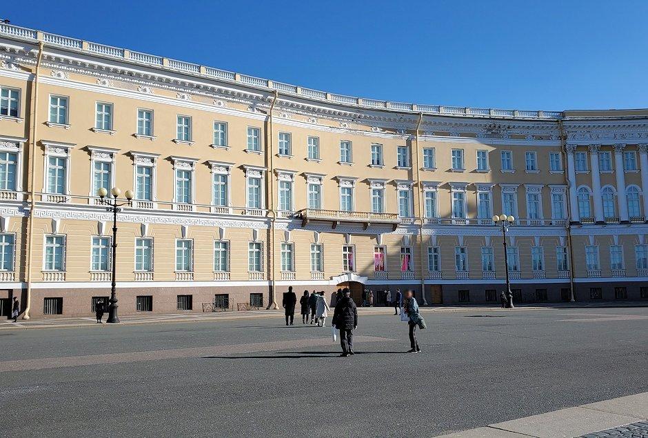 エルミタージュ美術館前の宮殿広場-2