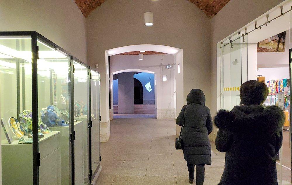 エルミタージュ美術館新館の入口を進む