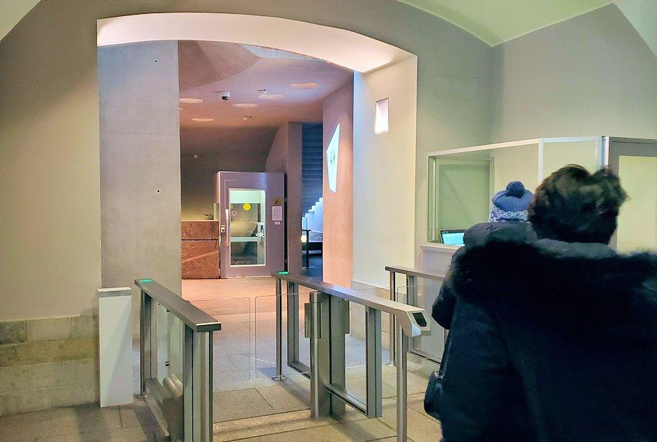 エルミタージュ美術館新館の入口を進む-1