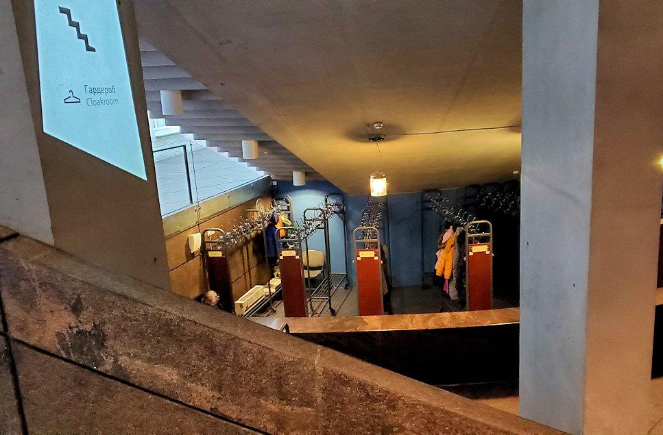 エルミタージュ美術館新館の入口を進む-2