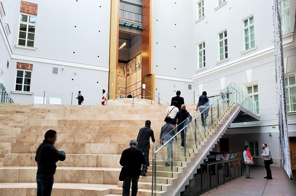 エルミタージュ美術館新館の入口を入る