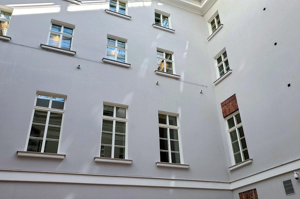 エルミタージュ美術館新館の入口を入る-1