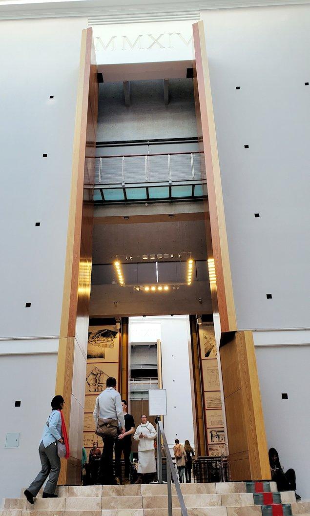 エルミタージュ美術館新館の入口を入る-2