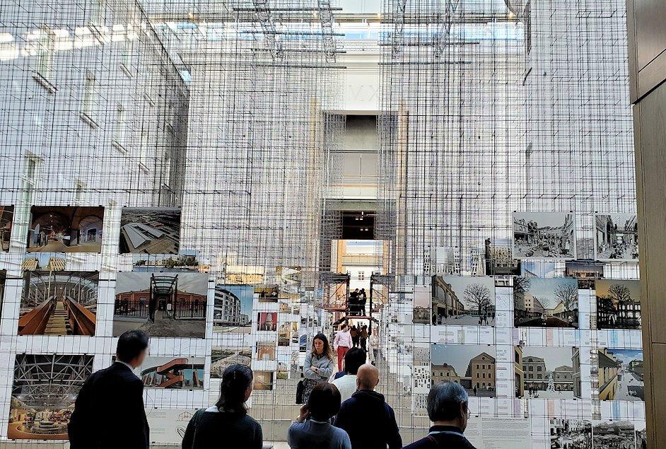 エルミタージュ美術館新館の入口にある催し物スペース