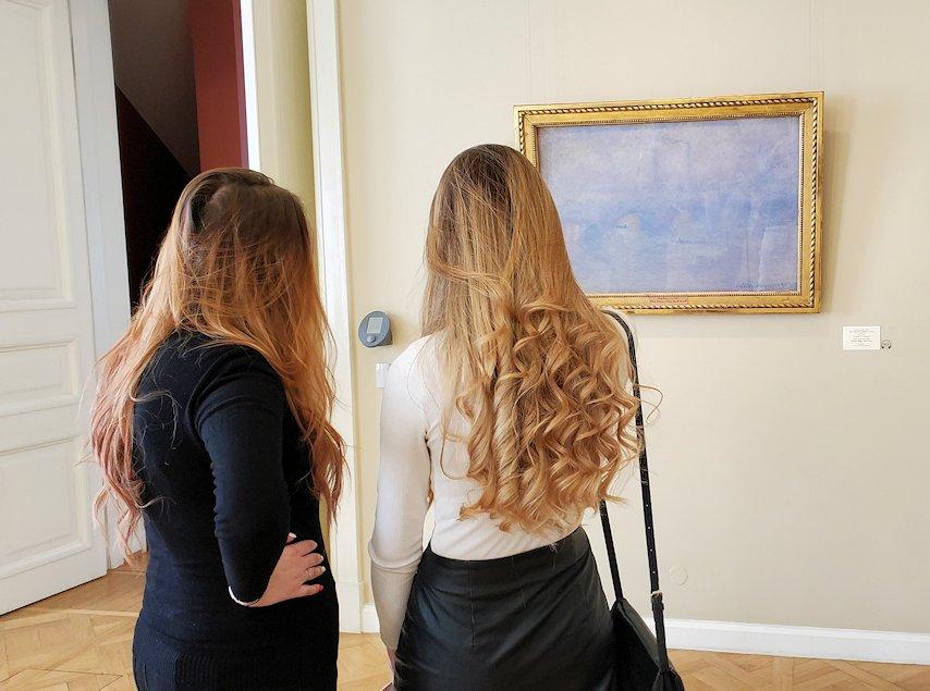エルミタージュ美術館新館の4階にある「クロード・モネの間」で絵を見つめる美女の後ろ姿