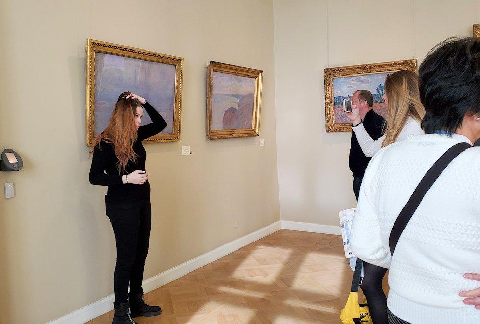 エルミタージュ美術館新館の4階にある「クロード・モネの間」で絵を見つめる美女