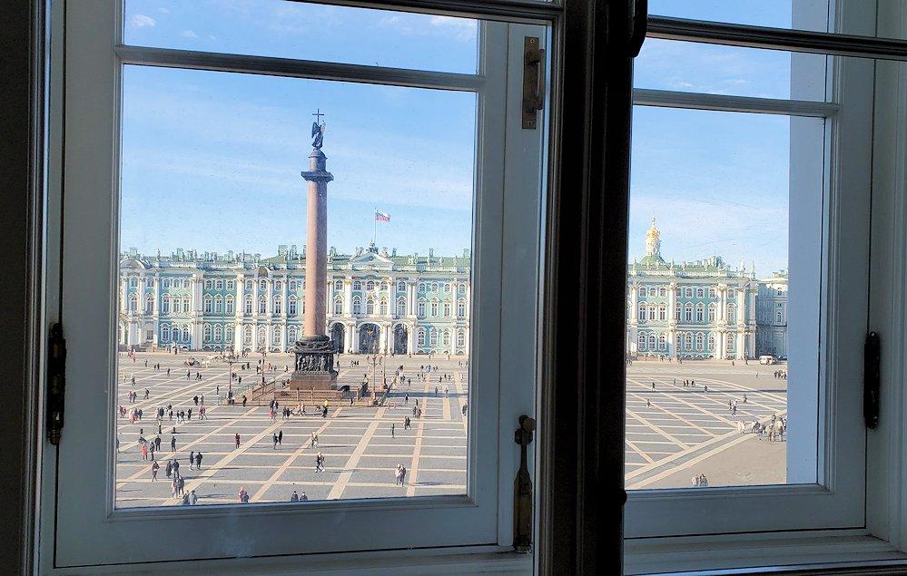エルミタージュ新館の窓から外を眺める
