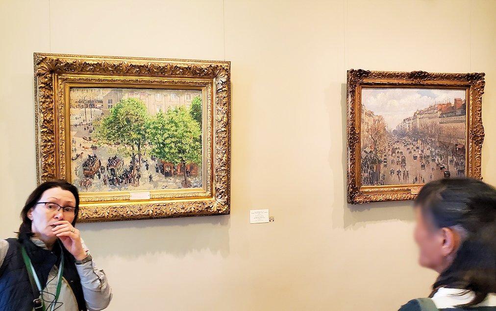 エルミタージュ新館で絵画を鑑賞する