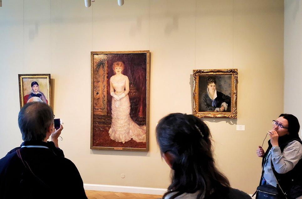 エルミナージュ新館に飾られているルノワールの絵画を眺める人達