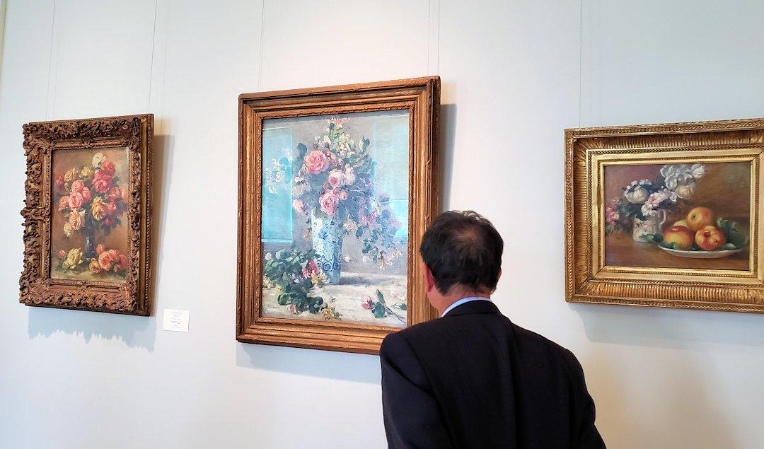 エルミナージュ新館に飾られているルノワールの絵画を眺める人