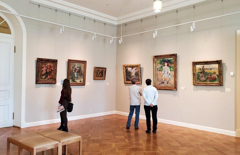 エルミタージュ新館で絵画を鑑賞する人達