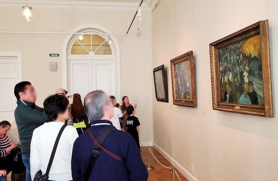 エルミナージュ新館にある「ゴッホの間」で絵画を鑑賞する人達