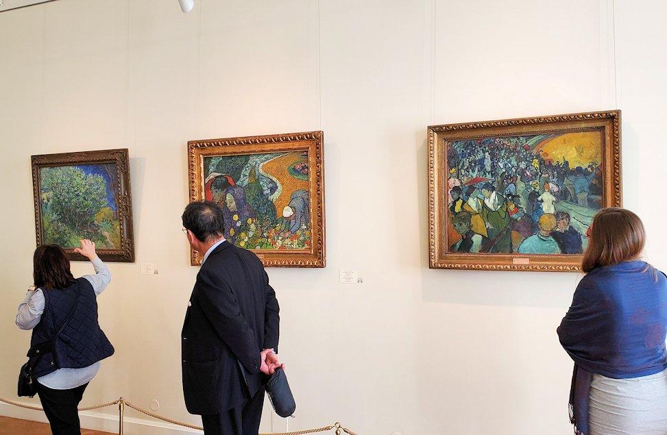 エルミナージュ新館にある「ゴッホの間」で絵画を鑑賞する人達-1