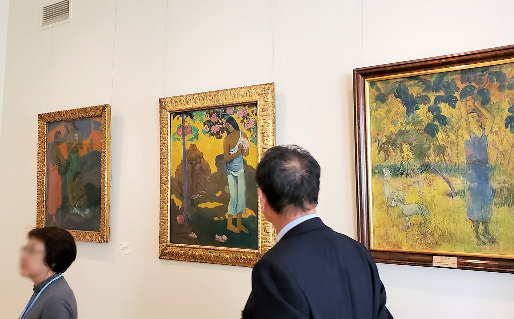 左:『母性』 (Maternity, or Three Women on the Seashore) by ポール・ゴーギャン(Paul Gauguin) 中央:『テ・アヴェ・ノ・マリア(マリアの月)』 (Month of Mary(TE AVAE NO MARIA)) by ポール・ゴーギャン(Paul Gauguin) 右:『木から果物を選ぶ男』 (Man Picking Fruit from a Tree) by ポール・ゴーギャン(Paul Gauguin)