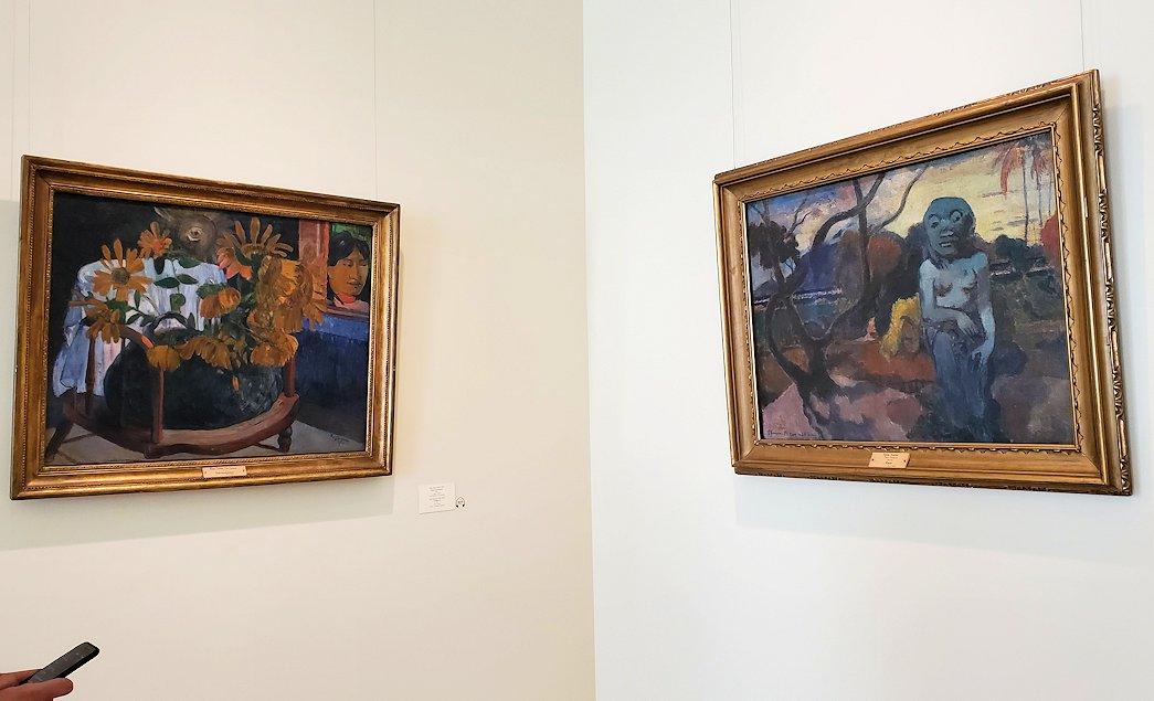 左:『肘掛け椅子のひまわり』 (Sunflowers) by ポール・ゴーギャン(Paul Gauguin) 右:『ラヴェ・テ・ヒティ・ラム(偶像)』 (Rave te hiti aamu) by ポール・ゴーギャン(Paul Gauguin)