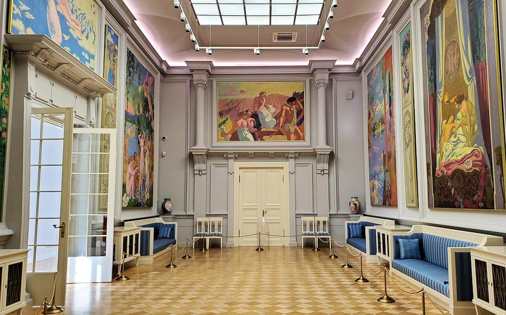 エルミタージュ新館の美術コーナーを進む