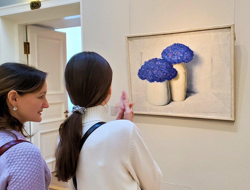 エルミタージュ新館4階で絵画を鑑賞する人達