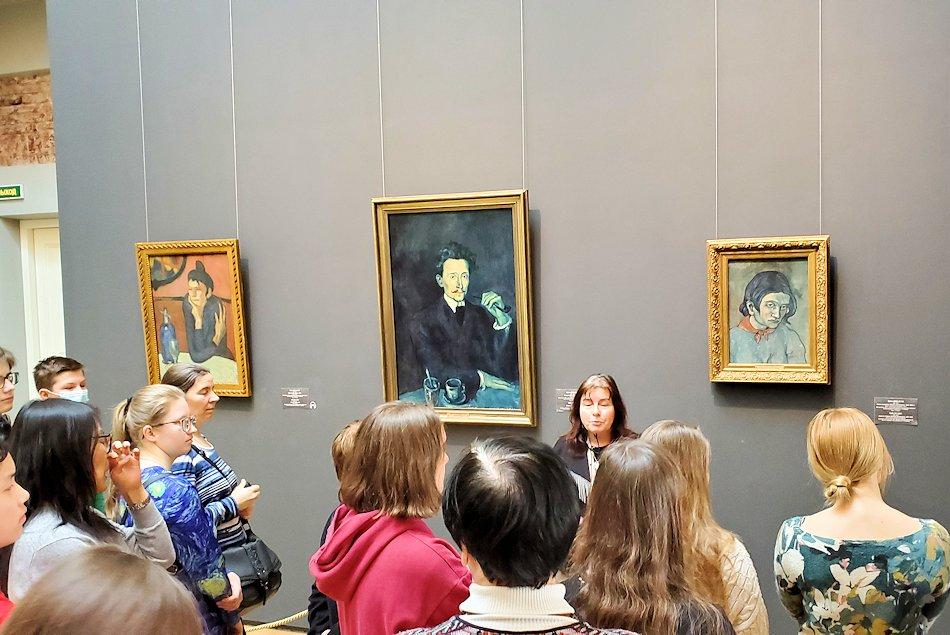 エルミタージュ新館にある「パブロ・ピカソの間」の絵画を鑑賞する人達