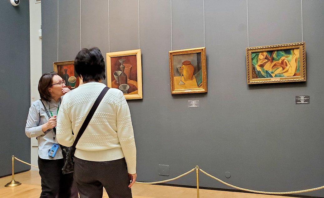 エルミタージュ新館にある「パブロ・ピカソの間」の絵画を鑑賞する人達-1