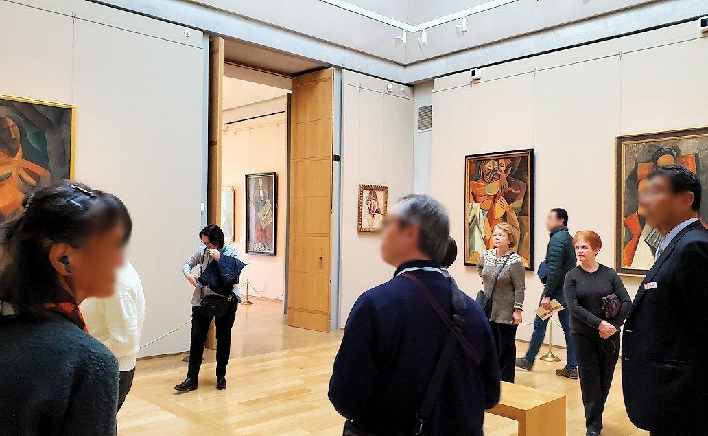 エルミタージュ新館にある「パブロ・ピカソの間」の絵画を鑑賞する人達-2