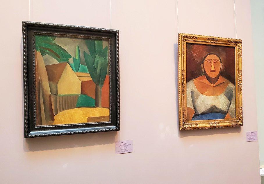 左:『庭のある家』 (House in a Garden) by パブロ・ピカソ(Pablo Picasso) 右:『農園の女』 (Farm Woman) by パブロ・ピカソ(Pablo Picasso)